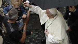 2020年9月23日,教皇方济各在问候一名孩童。(美联社)