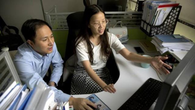 """""""基因编辑婴儿""""事件使贺建奎(左)遭到学术界谴责(美联社)"""
