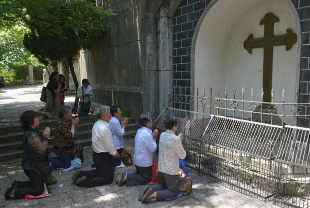 图片: 在上海佘山进教之佑圣母大殿外祈祷的天主教徒。 (法新社资料图片)