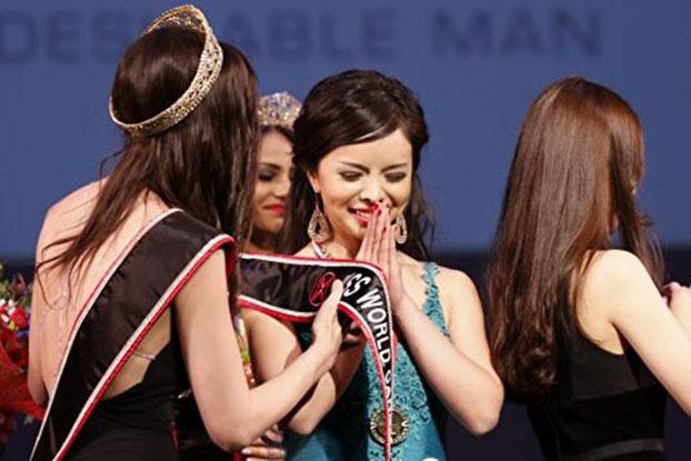 2015年5月16日,华裔女孩林耶凡(Anastasia Lin,中)当选2015年加拿大世界小姐。(Andrew Chin提供)