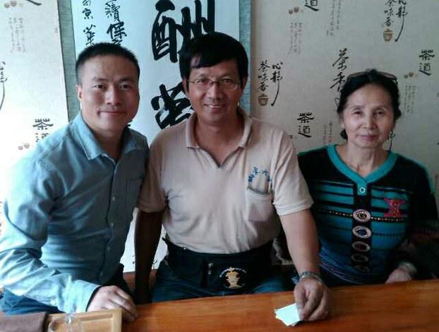 曹三强牧师(中),右为其母亲孙女士。(志愿者提供/记者乔龙)