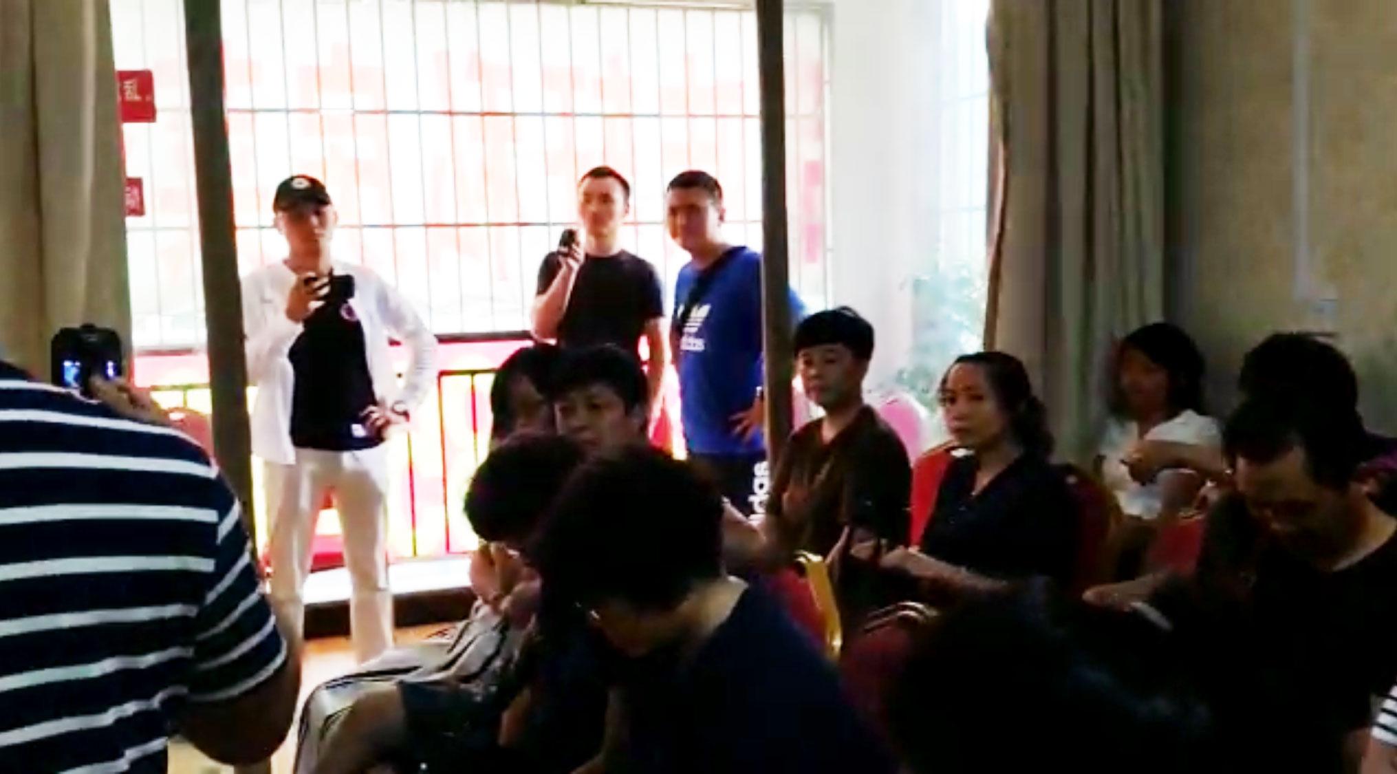 贵阳南明区政府人员在现场拍摄。(志愿者提供/记者乔龙)