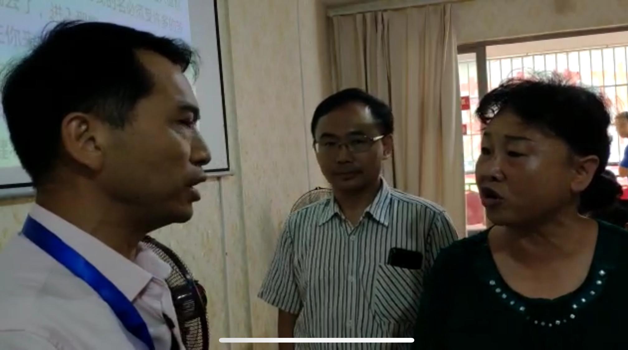南明区宗教局局长(左)与信徒(右)交涉,中间为苏天富牧师。(志愿者提供/记者乔龙)