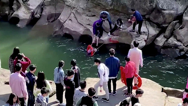 2020年11月14日,英国驻重庆总领事馆领事史云森在在重庆中山古镇救落水女生。(路透社)