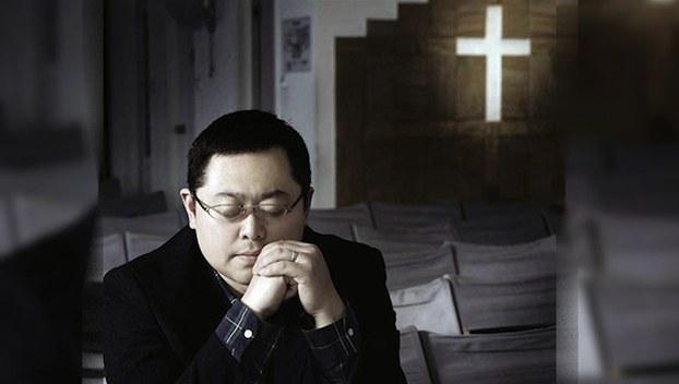 资料图片:祈祷中的王怡。(图源:对华援助协会)