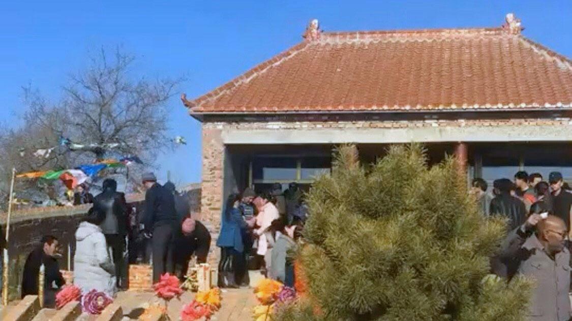 众人守护在寺庙及墓地。(志愿者提供/记者乔龙)