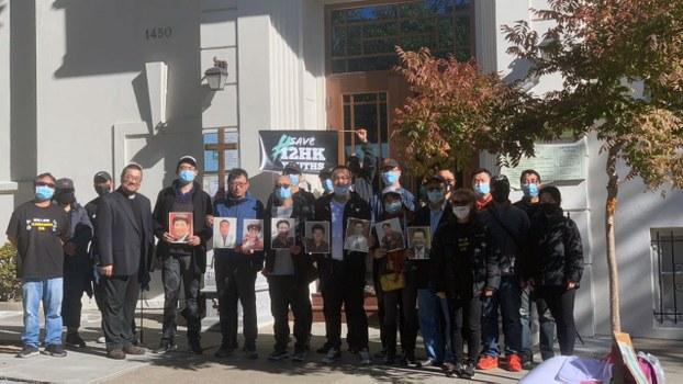 """活动参加者在集会中手持木制被中共被迫害的基督教牧师、长老照片,及""""拯救十二名香港青年""""(Save 12 HK Youths)标语。(孙诚拍摄)"""