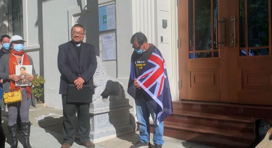"""""""香港人会馆""""召集人迪克逊(Dixon)在活动中进行祷告。(孙诚拍摄)"""