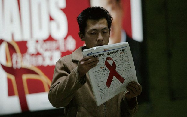 """今年世界艾滋病日的 宣传主题是""""行动起来,向'零'艾滋迈进"""",副标题是""""抗击艾滋共担责任 共享未来""""。(资料图/AFP)"""