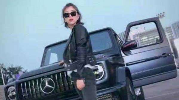 """网名""""露小宝LL""""的青年女子在微博上发布的和奔驰合照照片。(Public Domain)"""