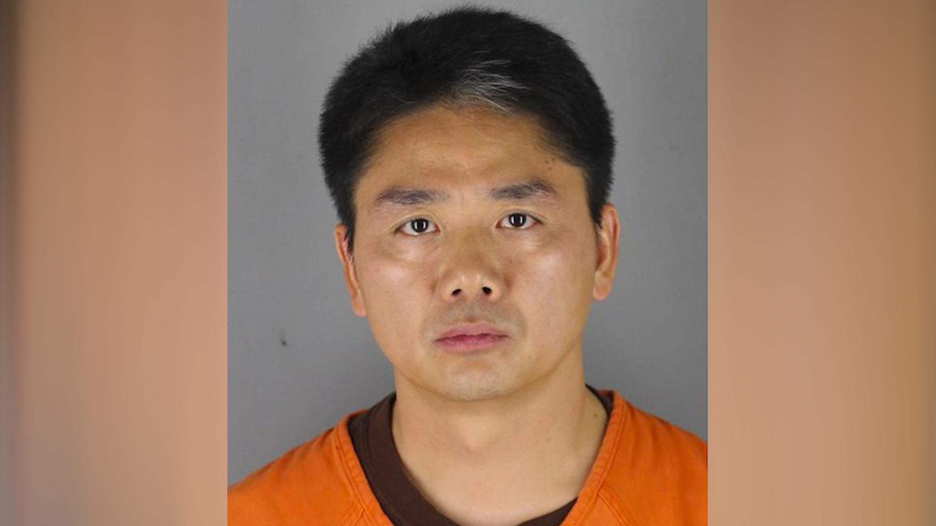 """2018年8月31日""""京东""""创办人兼首席执行官刘强东在美国涉嫌性侵被捕,9月1日下午获释。(AP图片)"""