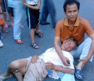 图片:一位村民上周在冲突中倒地。(参与网/记者乔龙)