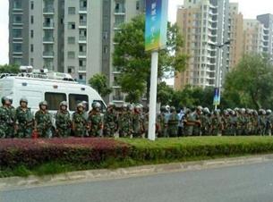 图片:当地到处都是防爆公安。(互联网图片/记者乔龙)