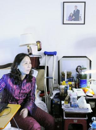 资料图片:网民们探望被迫住到宾馆的维权律师倪玉兰( 探访网民提供)