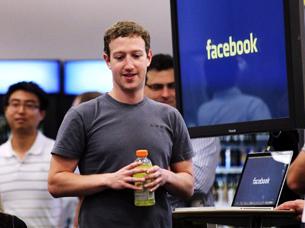 资料图片:Facebook首席执行官马克.扎克伯格在Facebook总部(法新社)