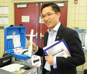 现任学区教委陈介飞挑战国会议员席位,促华裔选民借投票发声。 (记者萧融拍摄)