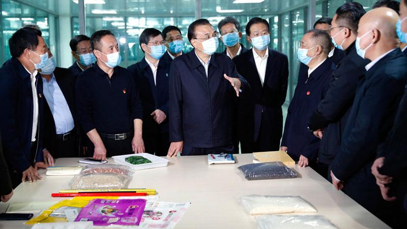 李克强在三全食品公司了解生产经营情况。(中国政府官网)