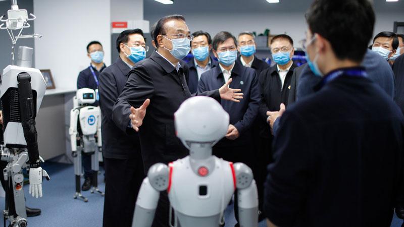 李克强来到郑州中原动力智能机器人公司。(中国政府官网)