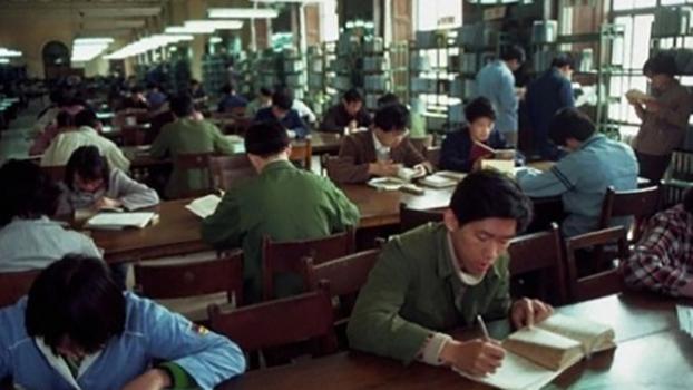 八十年代时北大图书馆内的学生(北京大学校友网)