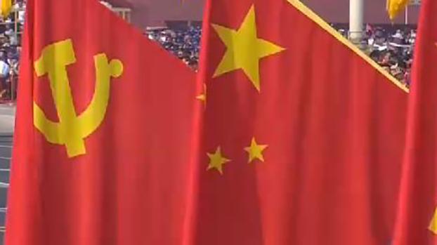 排列在一起的中共党旗(左)与中国国旗(视频截图)
