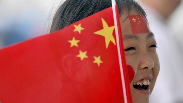 在当代中国,爱国主义的本质就是爱国、爱党和爱社会主义,又表示爱国主义应该是最自然、最朴素的情感,要坚持从娃娃抓起。(资料图/法新社)
