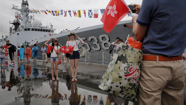 2017年7月8日,在香港昂船洲海军基地开放日,游客在解放军护卫舰烟台前摆姿势拍照,以纪念香港回归中国20周年。(美联社)