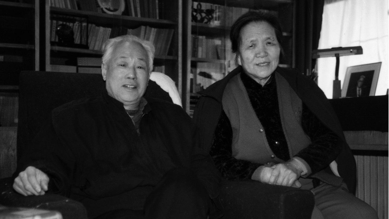 资料图片:1993年,中共前总书记赵紫阳(左)和妻子梁伯琪在北京家中的书房留影。(路透社)