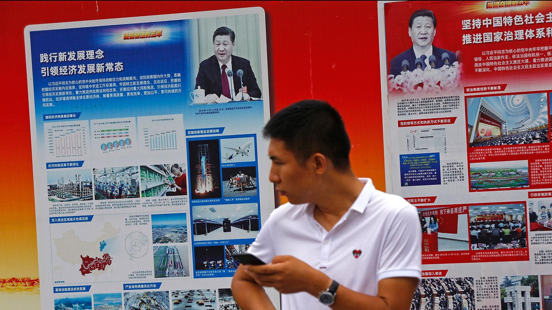 资料图片:2018年8月22日,北京一地铁站外悬挂著歌颂习近平的宣传海报。(美联社)