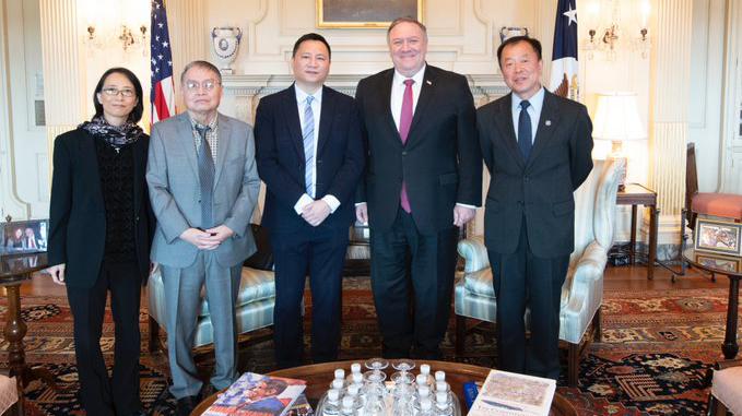 六四事件三十一周年前夕,美国国务卿蓬佩奥(右二)会见六四参与者王丹、苏晓康、李恒青和李兰菊。(推特截图)