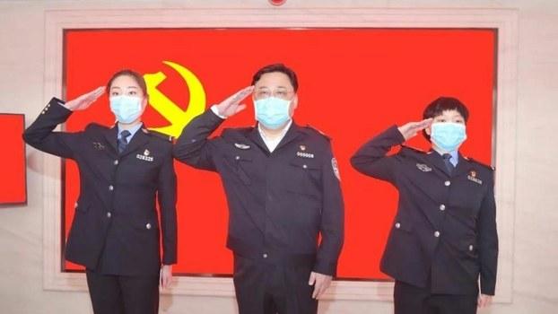 """2020年3月5日,孙力军在武汉为两位女民警""""火线入党""""领誓。(网络图片/乔龙提供)"""