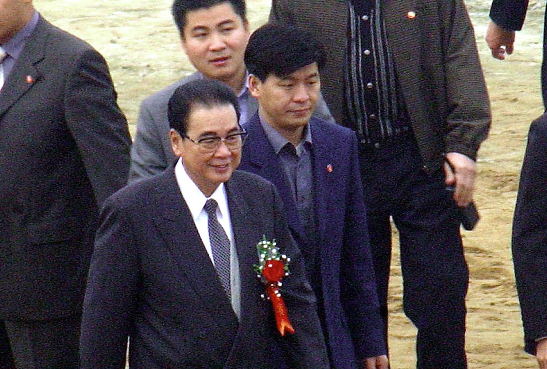 2002年11月6日,李鹏于到中国西南地区视察三峡大坝。(法新社)