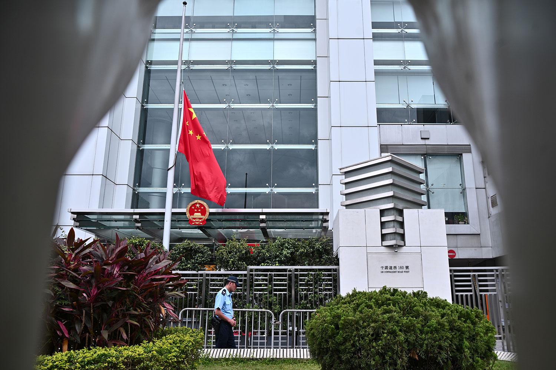 2019年7月29日,李鹏逝世,香港中联办下半旗志哀。(法新社)