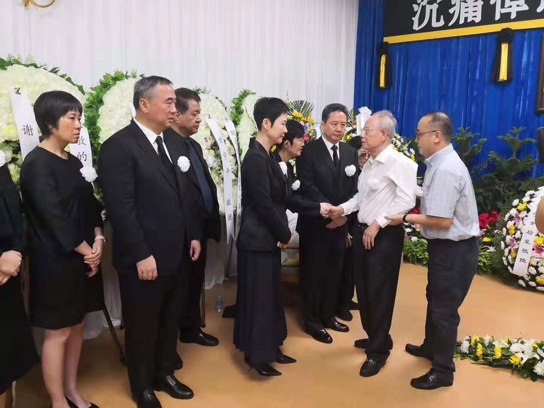 李鹏逝世后的追悼会现场照。李鹏的三个子女(李小鹏、李小琳、李小勇)均现身。(微信公号截图)