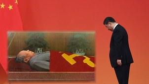 2019年9月30日,习近平等党和国家领导人来到毛主席纪念堂,向毛泽东同志坐像三鞠躬,并瞻仰了毛泽东同志的遗容。(组合资料图/法新社/档案资料图)