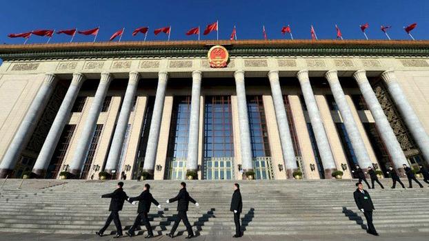 """55个""""坚持""""贯穿四中全会,舆论认为,在当前中国经济全面下滑的形势下,避免大规模群体事件,已成为北京的当务之急。(资料图/法新社)"""