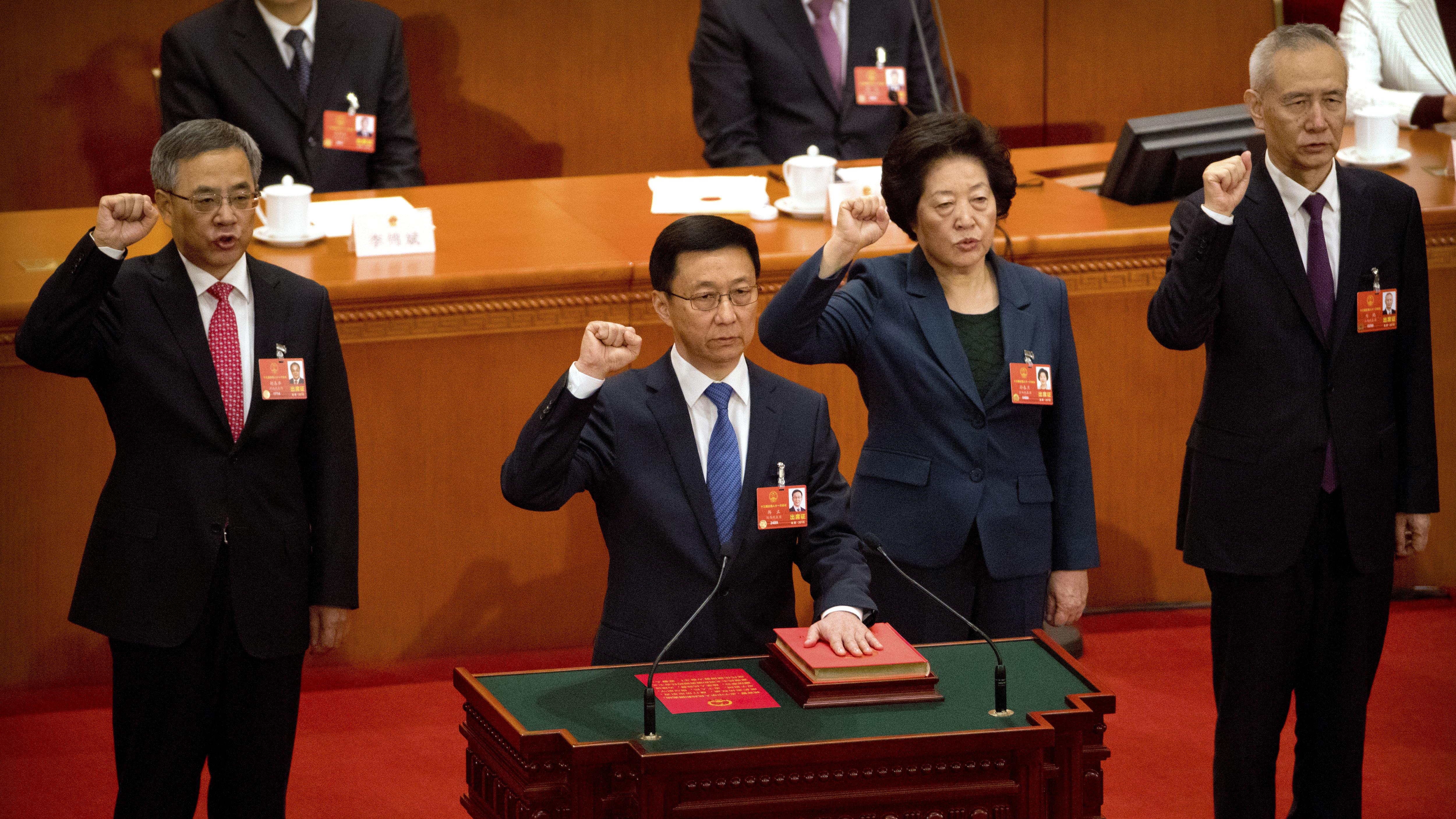 中国全国人大会议表决通过胡春华(左起)、韩正、孙春兰、及习近平的经济智囊刘鹤,出任国务院副总理。图为宣誓场景。(美联社)