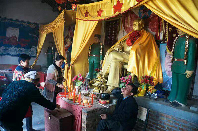 湖南一庙宇供奉毛泽东像,民众百姓烧香及奉上香火钱。(志愿者提供/记者乔龙)