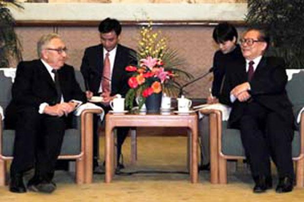 2013年7月3日,中国前国家主席江泽民在上海会见并宴请美国前国务卿基辛格及其家人。(网络图片)