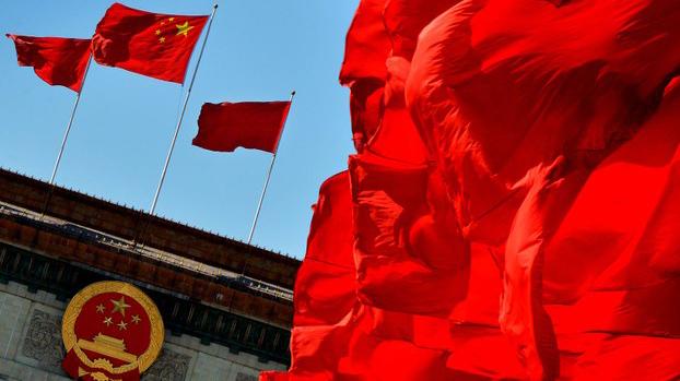 北京人民大会堂外飘扬的中国国旗(法新社)
