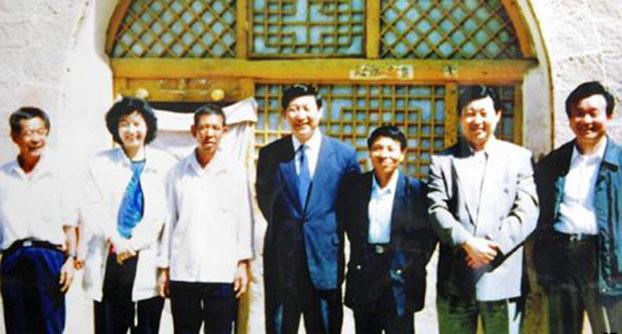 1992年,习近平和姐姐、弟弟回梁家河村时的留影。(美联社)