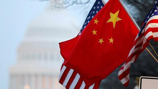 美国国会前飘扬的美中两国国旗(路透社)