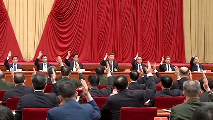 中共十九届四中全会通过重要文件 - 《中共中央关于坚持和完善中国特色社会主义制度推进国家治理体系和治理能力现代化若干重大问题的决定》。有专家表示,该文件凸显中共未来的治国方针,中心就是党管一切。(视频截图/路透社)