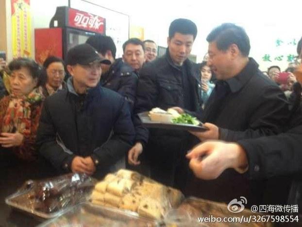 图片:中共总书记习近平在庆丰包子铺吃包子的消息受到官媒追捧。(网络图片)