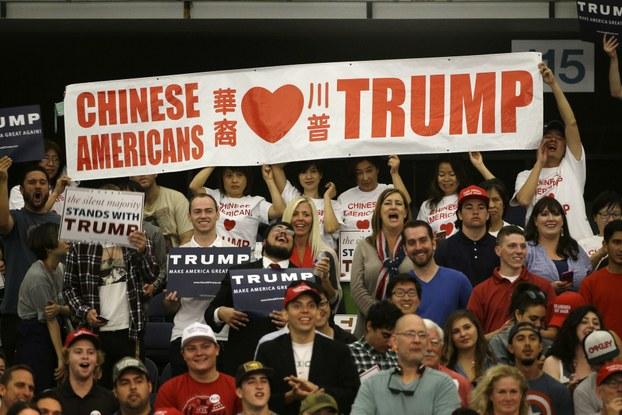 美国华裔手举支持特朗普的横幅(美联社)
