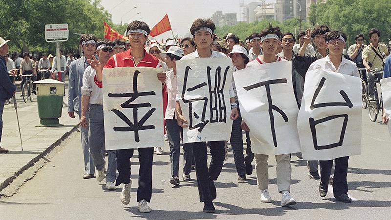 资料图片:1989年六四前学生游行,要求李鹏下台。(美联社)