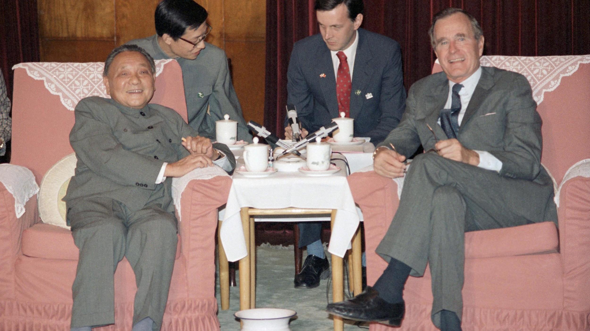 美国老布什总统(右,时任美国副总统)与邓小平于1985年在北京会面。(美联社)