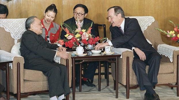 美国老布什总统(右)与邓小平于1989年2月份在人民大会堂会面。(美联社)