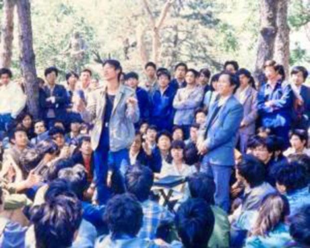 1989年5月12日,包遵信(右站立者)作为嘉宾参加北大民主沙龙作演讲。左站立者是王丹。(六四档案图)