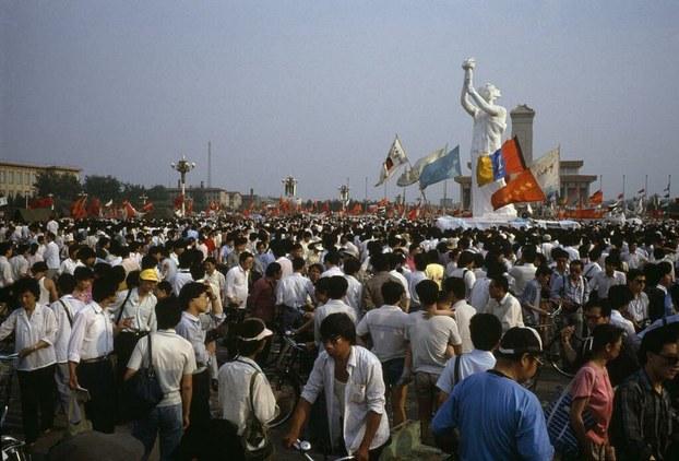 1989年5月30日,揭幕后的民主女神。(六四档案图)