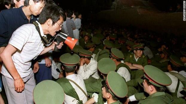 1989年6月3日临晨,北京市民和学生围堵徒步的军人。(六四档案图)